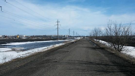 Озеро из талого снега в поле