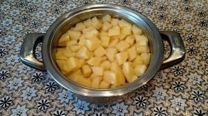 Добавляем картофель в борщ