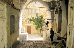 Мальчик у арки в Иерусалиме
