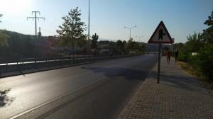 По пешеходной дорожке у дороги в Турции