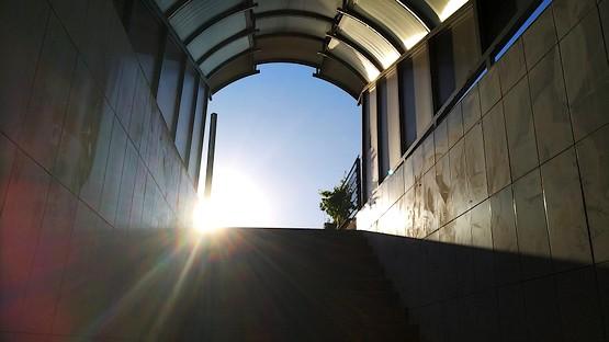 Солнце на выходе из подземного перехода