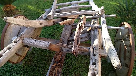 Старая телега как часть декора у отеля в Турции