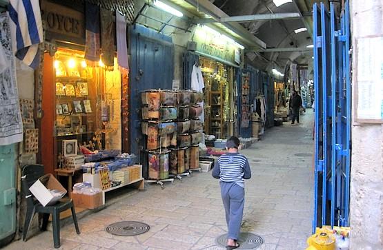 Торговые ряды недалеко от храма