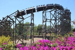 Поезд летит по горке у шахты El Diablo в Испании
