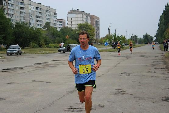 С желтыми номерами участники забега на 10 км