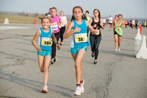 Дети бегут наравне с взрослыми