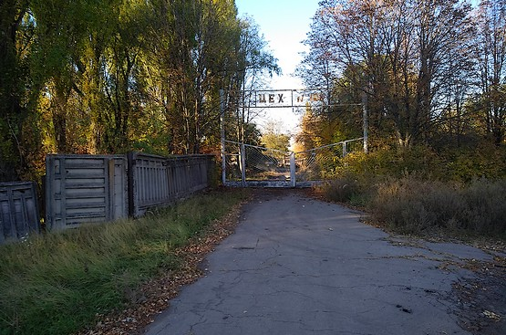 Пробегая у ворот цеха