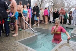 Желающих окунуться на Крещение много