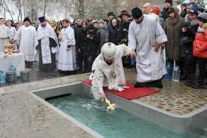 Крест в воде на Крещение