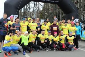 Командное фото Squad Ua Runners за миг до старта на полумарафоне в Харькове 2019
