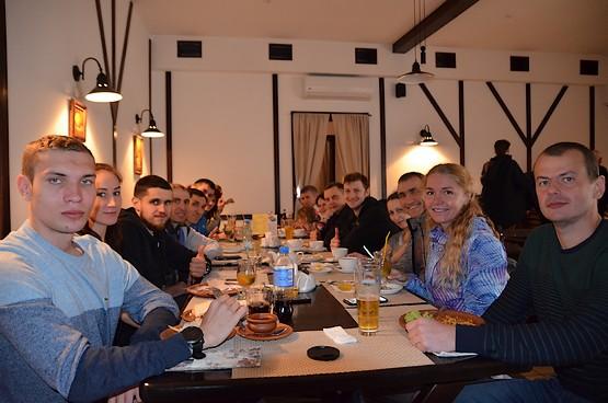 Команда Squad Ua Runners на паста-пати в ресторане после марафона