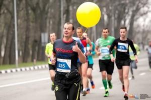 Пейсмекер с группой бегунов догоняет на марафоне