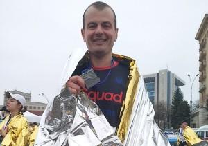 Через несколько минут после финиша с медалью первого марафона