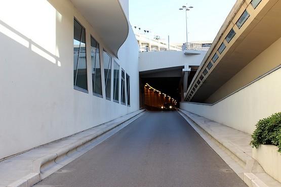 Автомобиль показался из туннеля в Монако