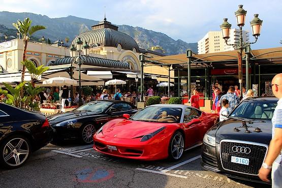Автомобили у входа в казино Монте-Карло