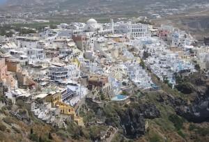 Город Фира на скалах острова Санторини в Греции