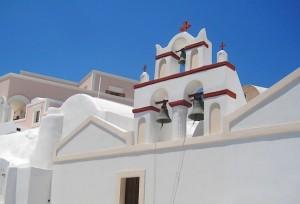 Колокола на белоснежном храме в Санторини