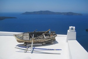 Лодка на крыше острова Санторини