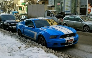 Синяя машина зимой