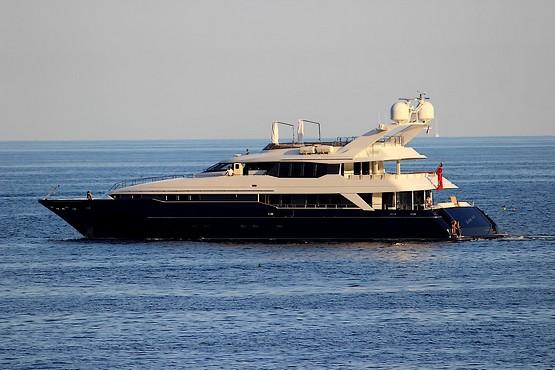 Яхта у Лазурного берега в Монако