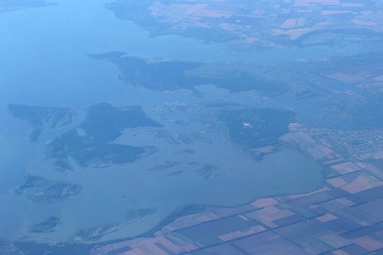 Островки пресноводной реки