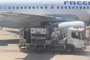 Техника у самолёта напротив