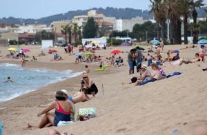 Фотограф смещается в укрытие на пляже Costa Brava
