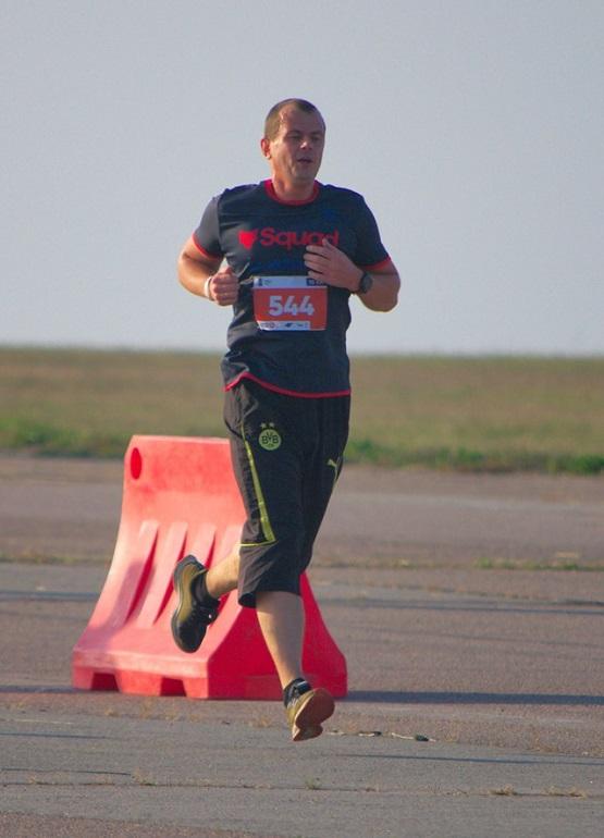 Фотография в полёте во время бега в аэропорту
