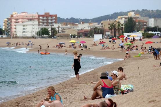 Фотограф прогуливается по пляжу Costa Brava