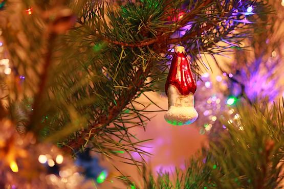 Игрушечный дом на новогодней елке