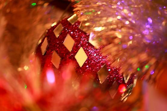 Сверкающие игрушки на новогодней сосне