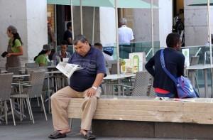 За чтением газеты на площади в Ницце
