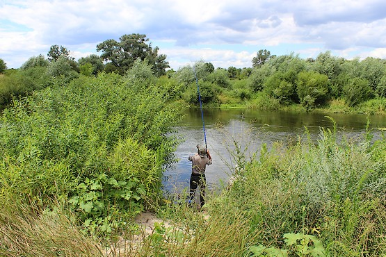 Рыбак у реки в Довгалёвке