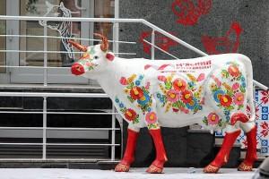 Корова у мясного магазина в Харькове