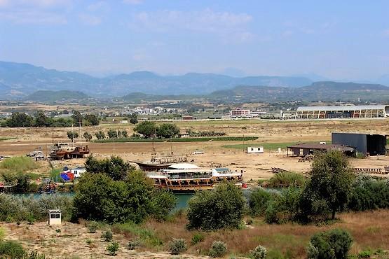 Ремонтная база у реки в Турции