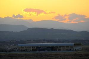 Сооружения на фоне восхода солнца в Манавгате, Турция