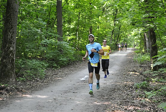 Бегу по лесу в компании на Kharkiv Trail Half Marathon 2021